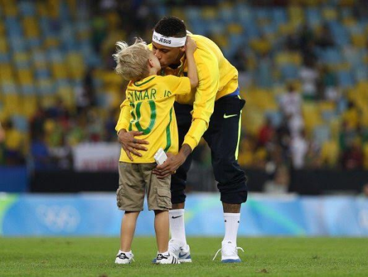 Neymar E Filho ~ Adorable Photos Of Neymar Kissing His Cute Son Davi As They Celebrate Rio 2016 Success News of